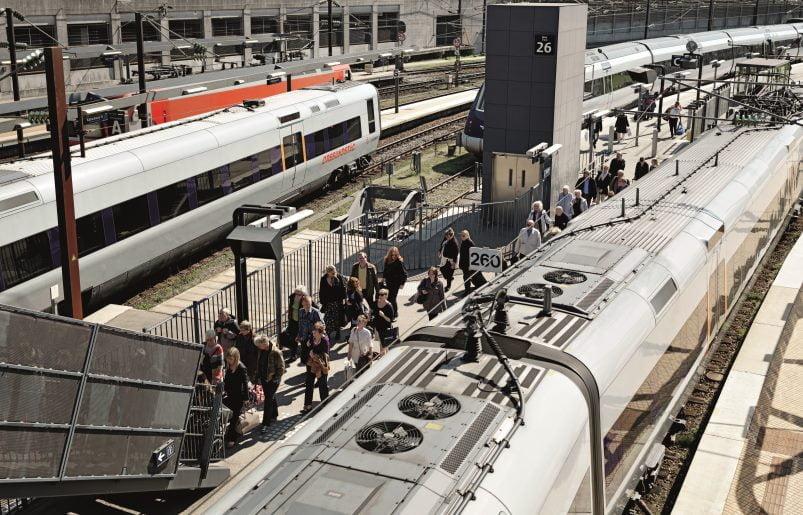 train_platform_people_moving_1104_hi